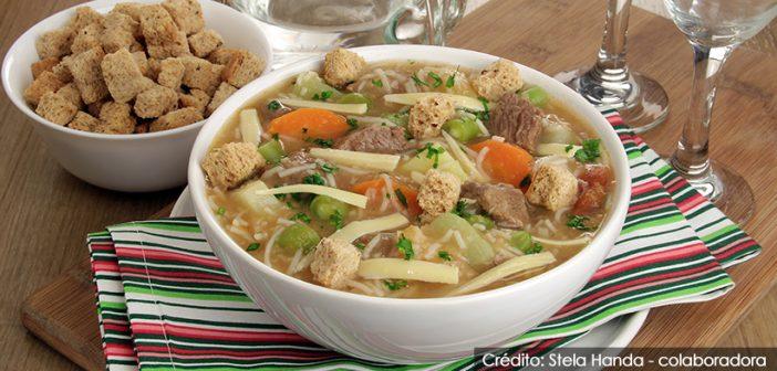 Sopa de carne com legumes e macarrão